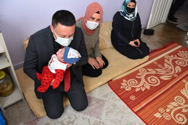 Başkan Beyoğlu, Yeni Doğan Bebeğin Kulağına Ezan Okuyup İsim Verdi