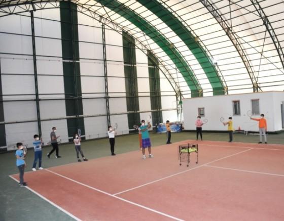 Bilgi Evi öğrencilerine tenis kursu