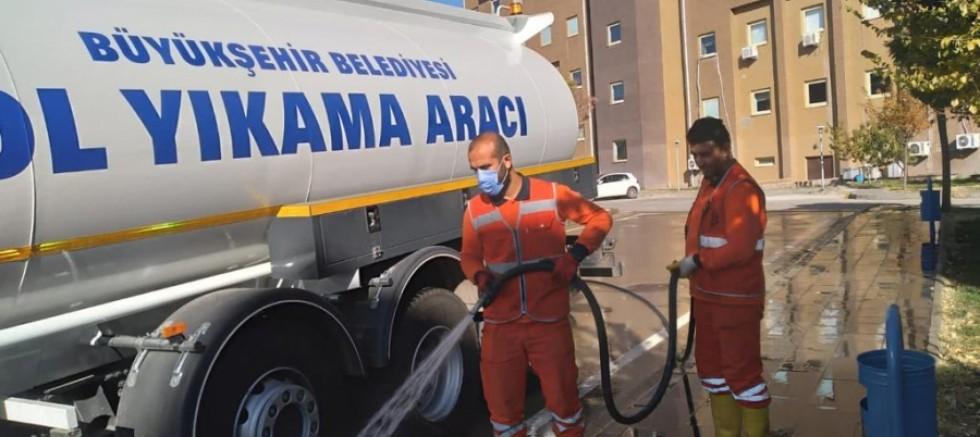 Büyükşehir Belediyesi temizlik ekipleri gece gündüz çalışıyor