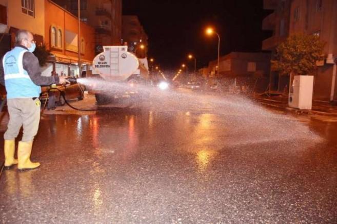Cadde ve sokaklar belediye ekiplerince yıkandı