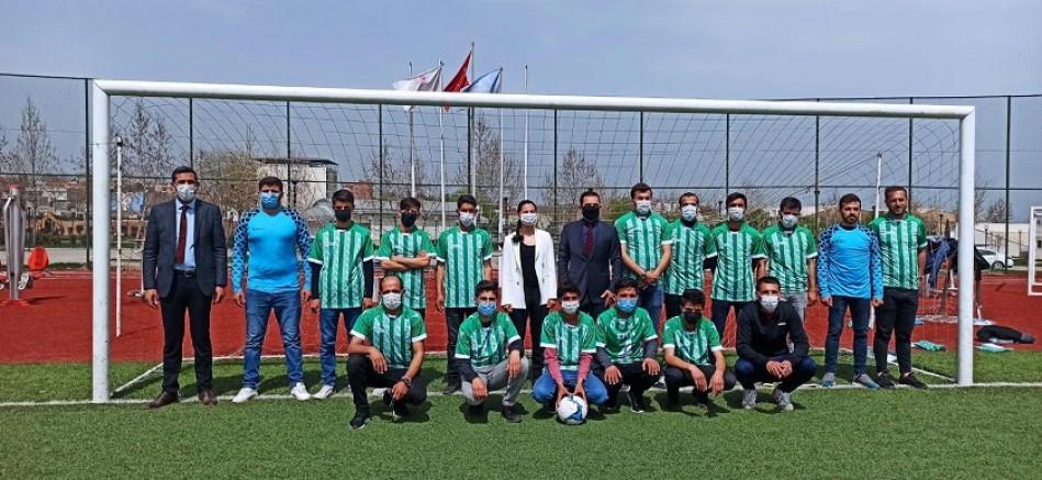 Çınar'ın Kaymakam Ablasından gençlere spor malzemesi