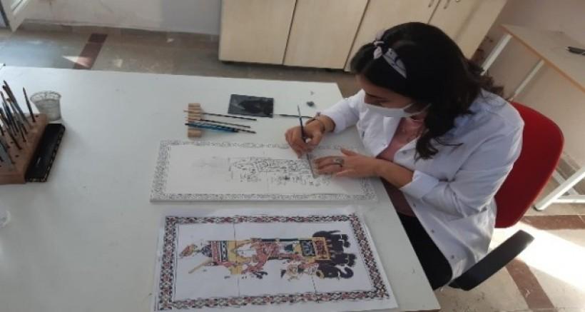 Çinicilik kursiyerleri seramiklerine El-Cezeri'nin Filli Su Saatini işliyor