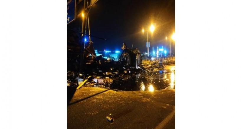 Diyarbakır'da motor yağı yüklü kamyon devrildi, yol geçici süreyle kapatıldı
