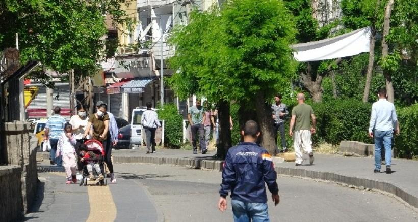 Diyarbakır'da tam kapanmaya rağmen vatandaşlar sokakları doldurdu