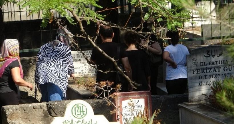 Diyarbakır mezarlıklarında hüzünlü bayramlaşma