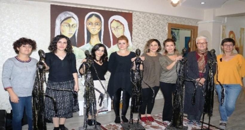 Diyarbakırlı kadınlar atık malzemelerden 'Göç mağduru kadınları' anlattı