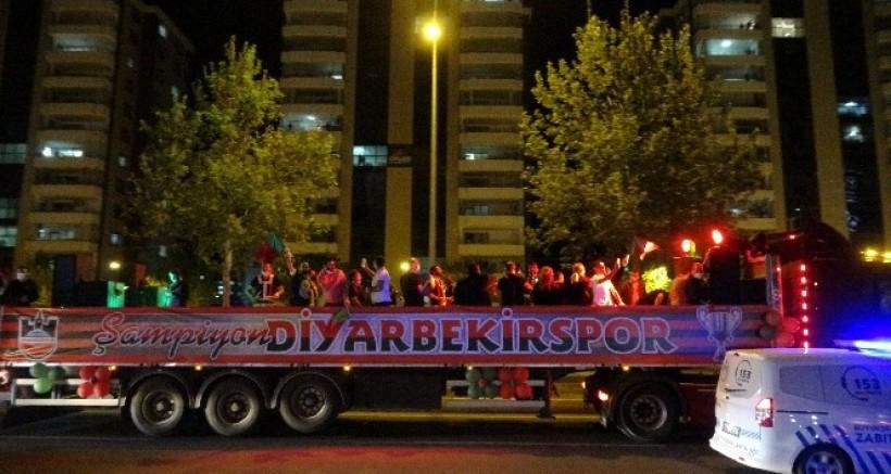Diyarbekirspor, şampiyonluğu şehir turu ile kutladı