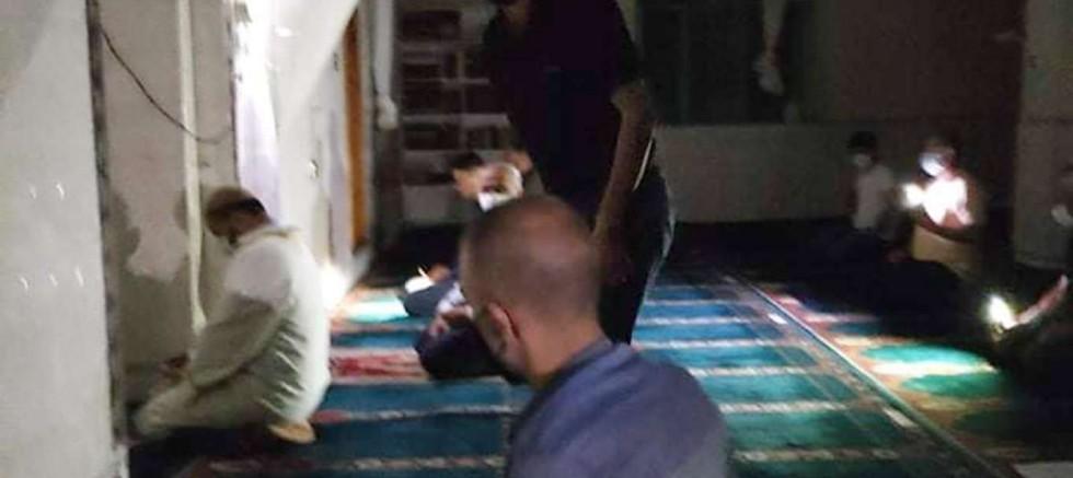 Elektriği kesilen caminin cemaati karanlıkta kaldı