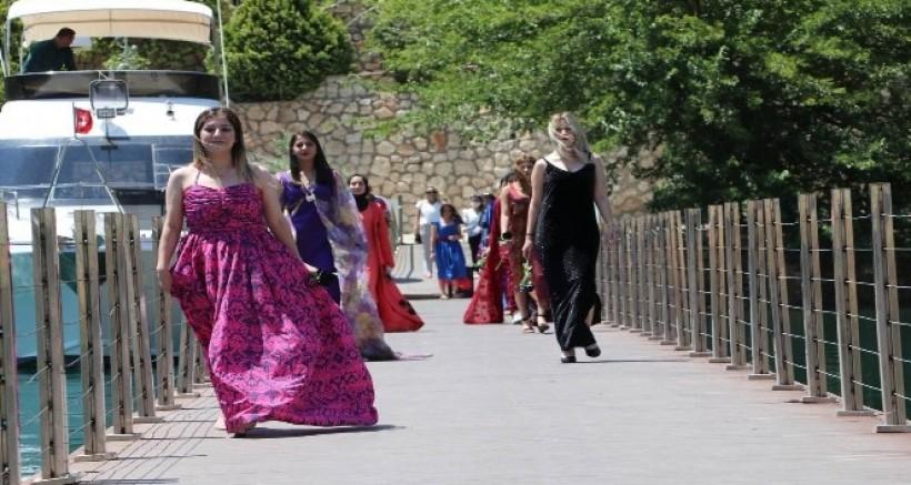 Halfeti'de turizm sezonu 'karagül' temalı defileyle açıldı