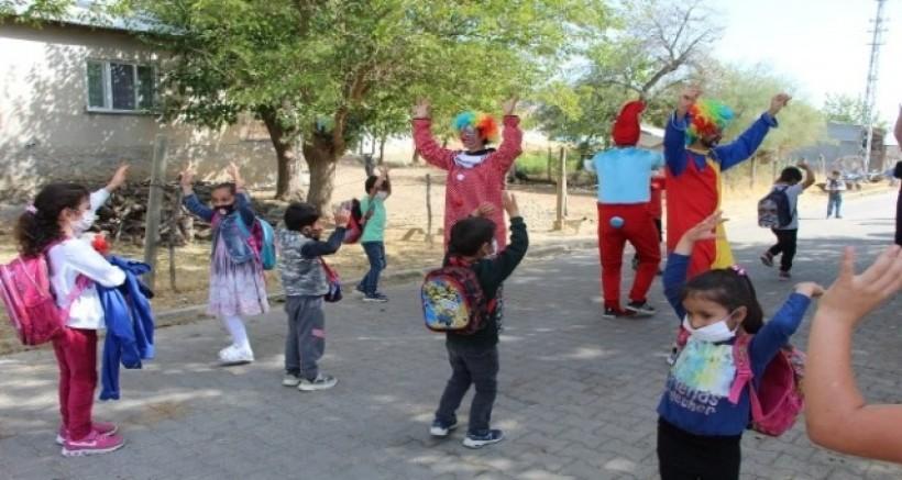 Köy köy gezen öğretmen ve ekibi, öğrencilerin yüzünü güldürüyor