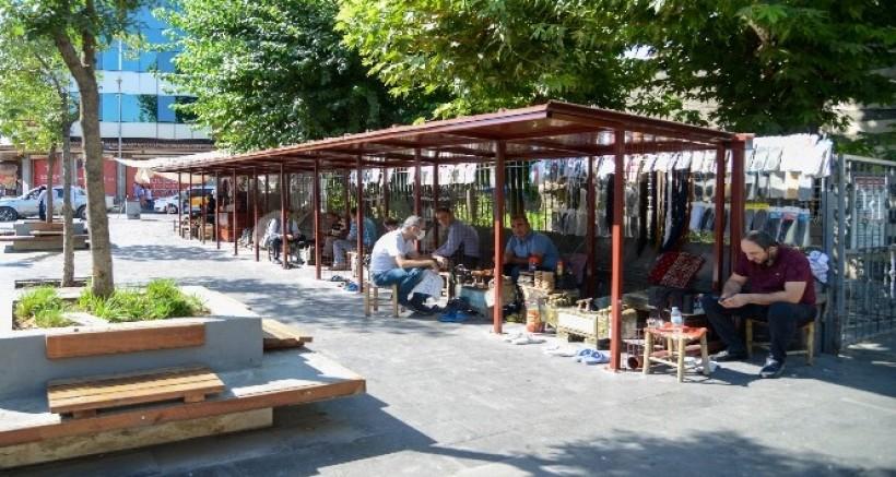 Nebi Cami önündeki ayakkabı boyacılarının yeri yenileniyor