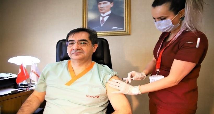 Sağlık çalışanları aşı olmaya devam ediyor