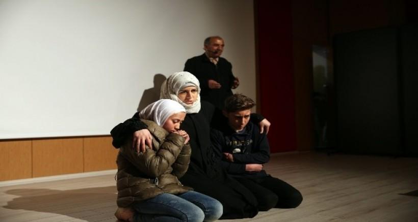 Savaş mağduru Suriyelileri konu alan tiyatro sahnelendi