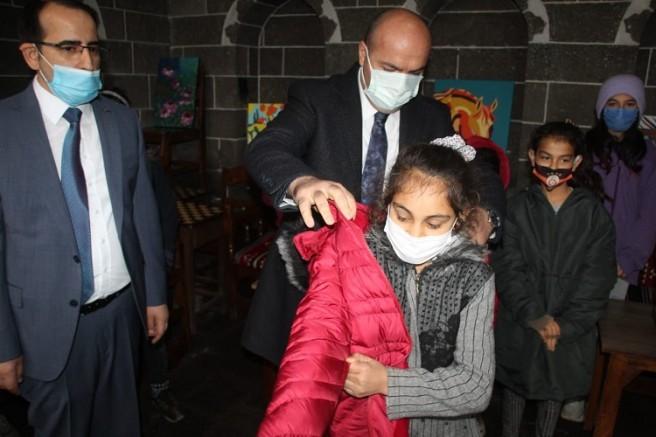Sur Belediyesinden 2 bin çocuğa kışlık giysi yardımı