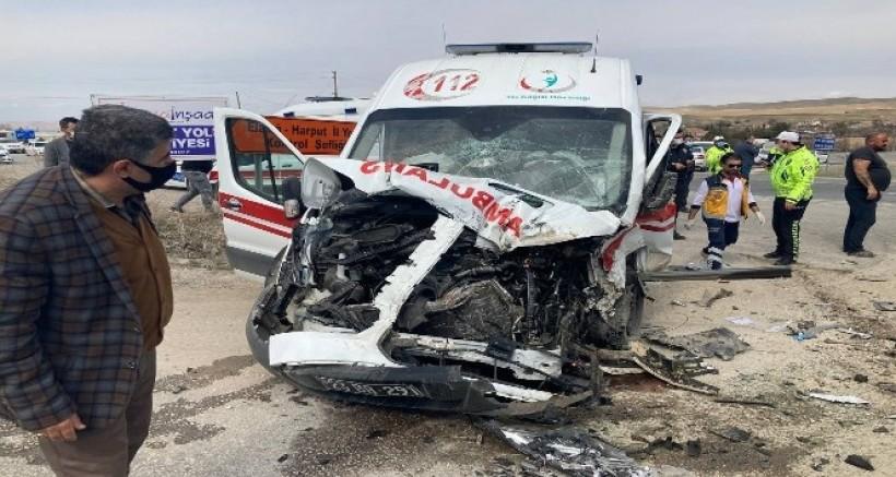 Yaralıları taşıyan ambulans, beton mikserine çaptı